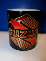 Hrnek s logem Suzuki černý